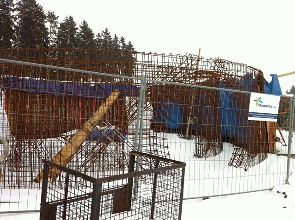 Stavba rozhledny na Kosíři v únoru 2013