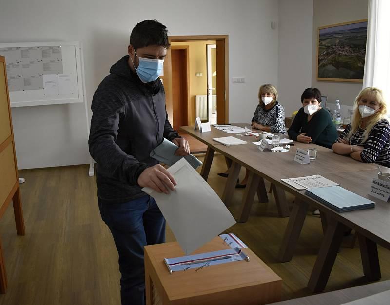 Rekordní účast v letošních parlamentních volbách hlásí prakticky ze všech volebních okrsků na Prostějovsku. Ryze ženská komise v Ohrozimi atakovala dokonce osmdesátiprocentní hranici. 9.10. 2021