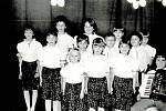 HOSTINEC U CETKOVSKÝCH v 70. Letech. Kulturní vystoupení dětí při oslavě MDŽ.