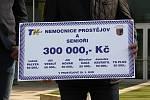 Primátor Prostějova František Jura převzal šek z rukou Jiřího Veselého.