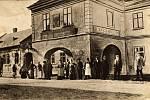 """Na konci 19. století se v hostinci scházela řada místních výtvarníků, literátů či politiků, díky čemuž se pro objekt vžil název """"hanácký parlament"""". Své sídlo zde našla i redakce nově založeného týdeníku Prostějovské noviny (později Hlasy z Hané)."""
