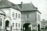 Do dvora zájezdního hostince vjížděly koňské povozy bránou vlevo od hlavní budovy.
