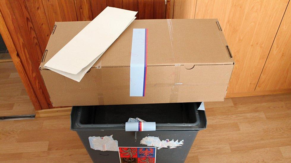 Volební obálky leží zapečetěné na obecním úřadě ve Slatinkách