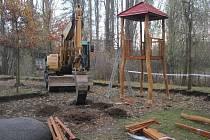 Se začátkem týdne začala také výstavba nového dětského hřiště v Mostkovicích.