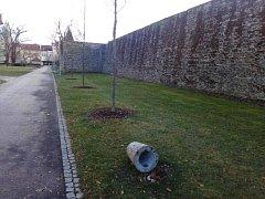 Jeden ze psích pisoárů se stal obětí zatím neznámých vandalů. Objekt připomínající patník nedaleko průchodu v prostějovských hradbách někdo vyvrátil. Věc redakce Deníku nahlásila odboru Správy a údržby majetku města.