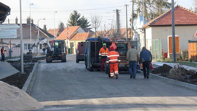 Dokončování opravy Tovární ulic vBedihošti