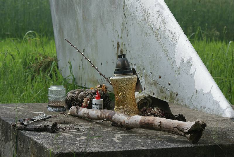 Pomník, který připomíná tragickou nehodu MIGu-21U nedaleko Bukové na Prostějovsku. Při havárii 14. 10.1988 letounu zemřeli pplk. Jiří Pohnán a mjr. Attila Szabó