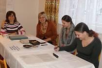 Volební komise při práci v plumlovském okrsku v Žárovicích