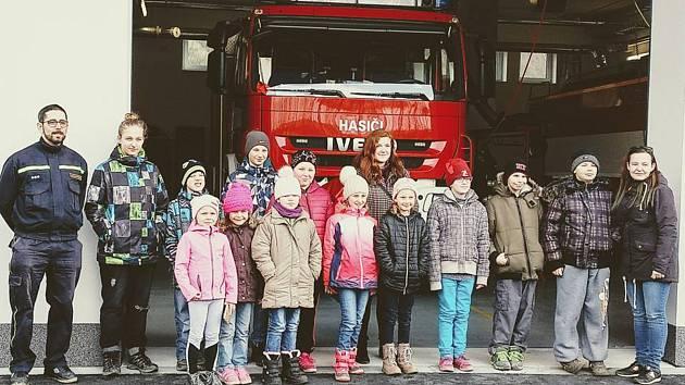 Mladí hasiči z Hrochova při návštěvě nové hasičárny v Konici