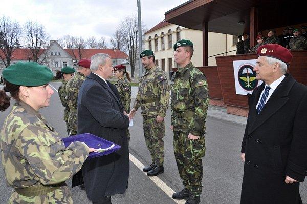 Prostějovský primátor Miroslav Pišťák předává pamětní medaile příslušníkům útvaru a Jaroslavu Ondrejčákovi zKVV Prostějov