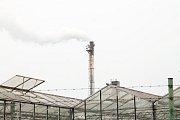 Z komína prostějovské spalovny se line nepřetržitý oblak kouře