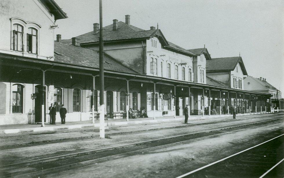 Stará budova severního nádraží přestávala vyhovovat potřebám města již koncem 19. století. Přes snahy se stavbu odpovídajícího železničního stánku v Prostějově až do druhé světové války prosadit nepodařilo.