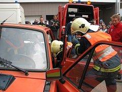 Hasiči a zdravotnící předvedli zásah při nehodě.