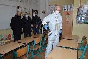 V období jarních prázdnin probíhá v prostějovských školách nástřik ochranné látky proti koronaviru.