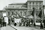 V průvodu byly zastoupeny místní podniky, školy a různé zájmové organizace. Vybraní jedinci nosili transparenty s hesly oslavujícími a podporujícími budování socialistické společnosti.