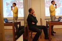 Ivo Lužný (sedící) na debatě v Kasku