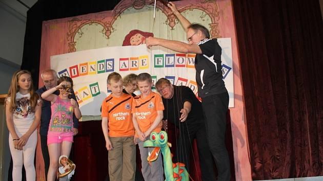 Kašpárkovi kamarádi a žáci Základní školy Olšany u Prostějova představili divákům Nejcennější poklad – přátelství mezi národy.