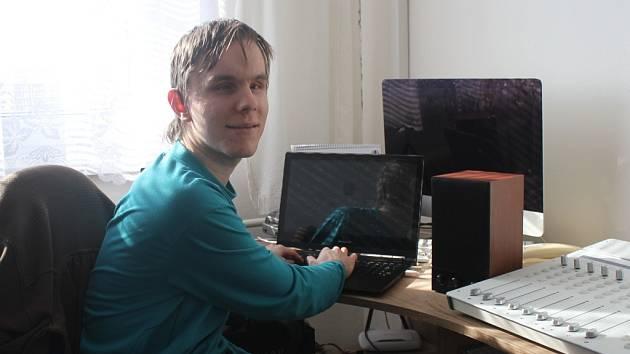 Pavel Vlček při práci s počítačem