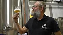 V prostějovském řemeslném pivovaru Axiom Brewery vaří pivo světově uznávaný Nor Kjetil Jikiun.
