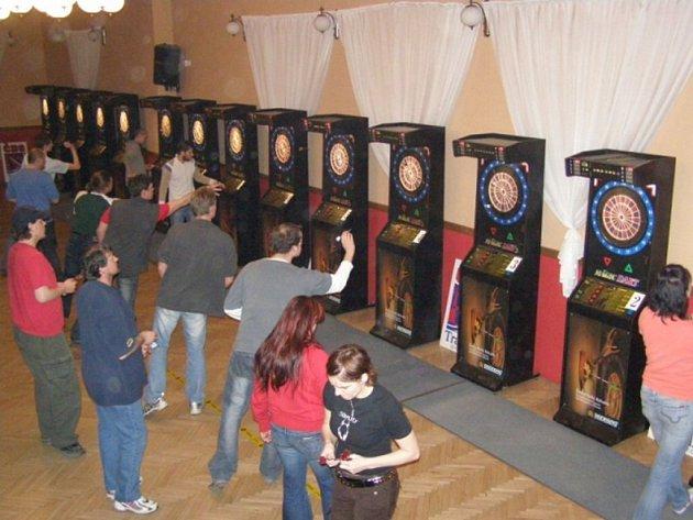 Takhle to vypadalo na regionálním Master turnaji jednotlivců a dvojic v moderních elektronických šipkách v prostějovském H–Clubu.