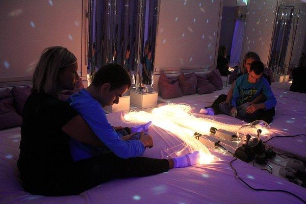 Smyslová místnost slouží krozvoji smyslového vnímání uhandicapovaných dětí. Využívají ji iděti ze Základní školy a Dětského domova na Tetíně