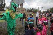 Desítky dětí ze škol v okolí Velkého Kosíře se sešly na jeho vrcholu. Čekaly je úkoly, hry ale také pohyb.