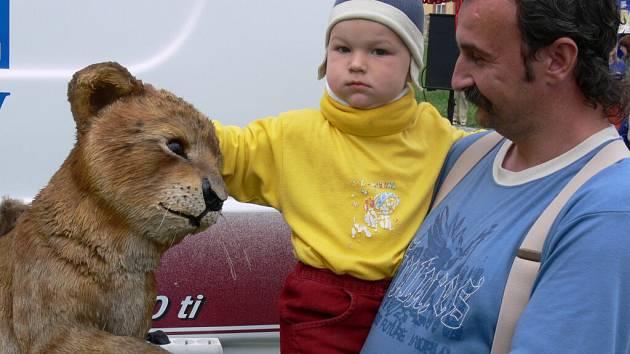 Ríšu Horáka ke lvíčatům vyzvedl tatínek. Tváří se ale, že by to zvládl sám.