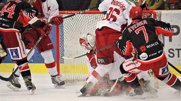 Hokejisté Prostějova (v černém) doma podlehli Slavii 3:6.