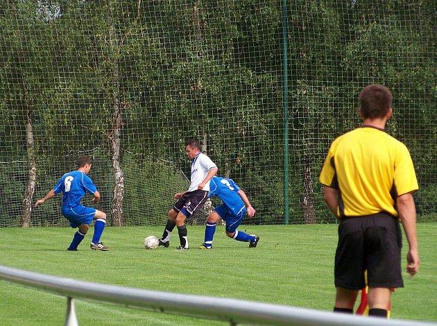 Lipová (v bílo-černém) vs. Hustopeče 5:2. Zleva Tomáš Novák, Michal Takáč, Pavel Jambor