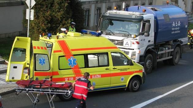 Nehoda na prostějovské Vápenici: cyklistka zůstala zaklíněná pod níklaďákem