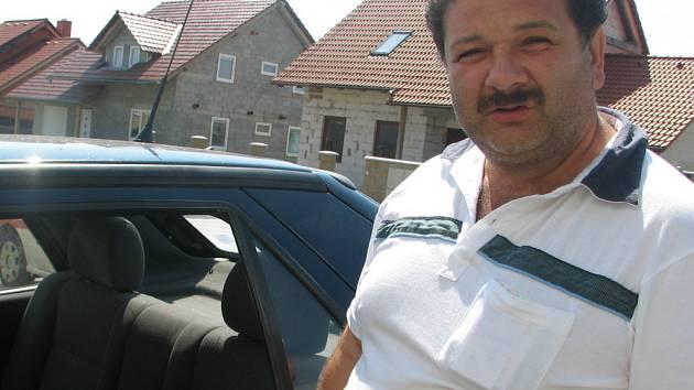 Josefu Kokymu z Víceměřic den po rvačce někdo vymlátil okno od jeho vozu.