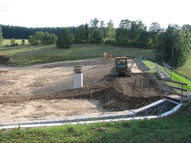 Tato retenční nádrž v údolíčku nad Skřípovem bude zadržovat vodu po jarním tání.