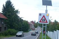 Výstražná značka se světelnou signalizací u Žešova napájená solárními panely a záložním zdrojem