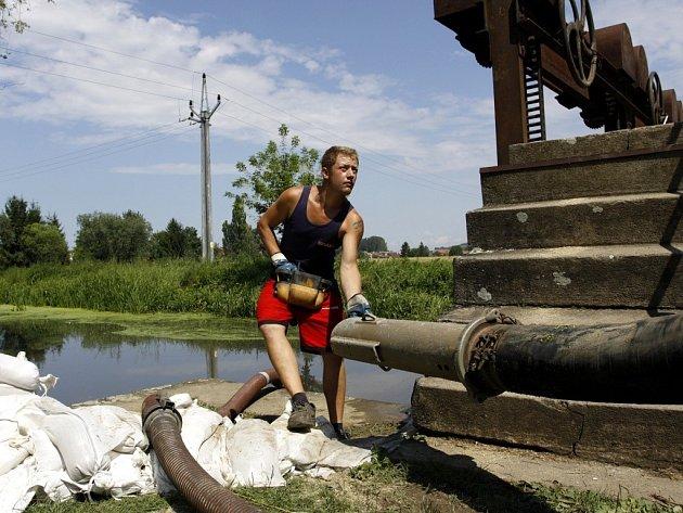 Ekologická havárie v Olšanech. Kejda z nádrže u Seničky unikla do Blaty
