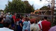 Bourání nadjezdu v 18.00 uzavřelo D46 u Olšan u Prostějova. Práce sledovaly desítky lidí.
