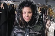 """Letos se určitě neobejdete bez kvalitní péřové bundy. """"Zkuste tu s kapucí ozdobenou kožíškem z králíka nebo lišky. Vypadá luxusně,"""" radí módní znalkyně Karla Kluková"""