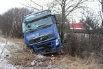 Následky bouračky kamionu na D46 u Žešova