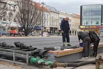 Stavba mobilního kluziště v Prostějově - 19. listopadu 2015