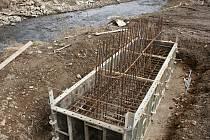 Stavba mostu při ústí Hloučely do plumlovské přehrady jako součást nové cyklostezky - 8. března 2021