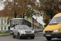 V souvislosti s uzavírkou Olomoucké ulice, která začala ve čtvrtek a potrvá do neděle, se dostávali do potíží zejména řidiči na náměstí Padlých hrdinů při výjezdu z Českobratrské na Vrahovickou. Právě zde totiž končí východní trasa objížďky.