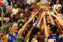 Prostějovské volejbalistky se radují z trofeje