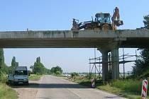 Most mezi Výšovicemi a Určicemi prochází kompletní rekonstrukcí. Ta má stát přes dvaadvacet milionů a skončit nejpozději v září.