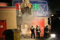 Hasiči zasahují u požáru poutače a kontejneru v Prostějově.
