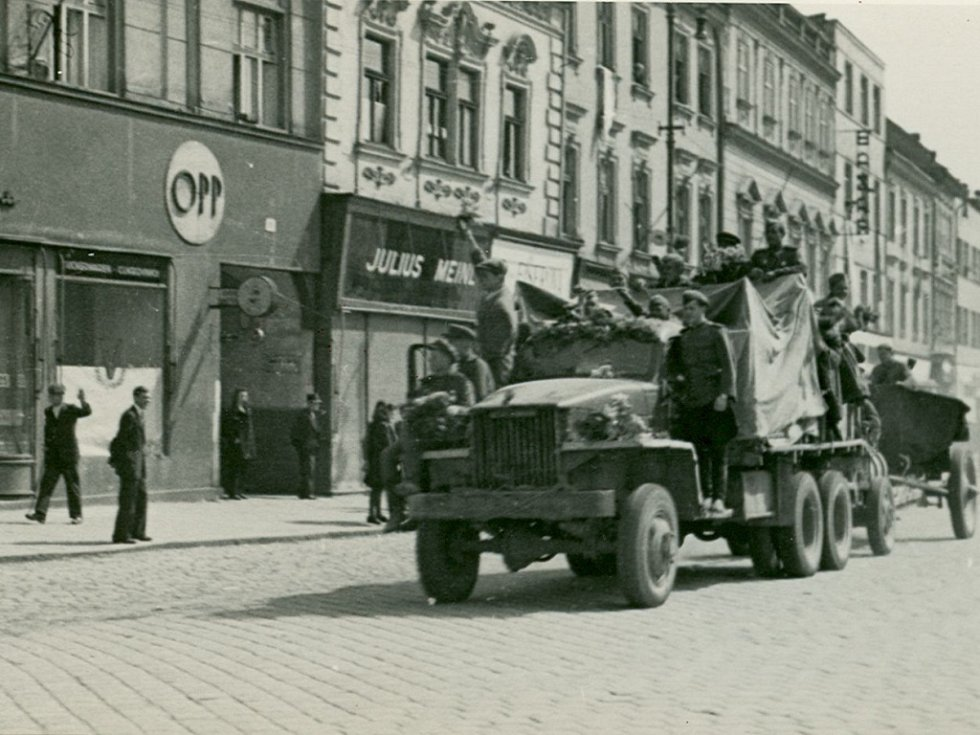 Rudoarmějci na hlavním náměstí.