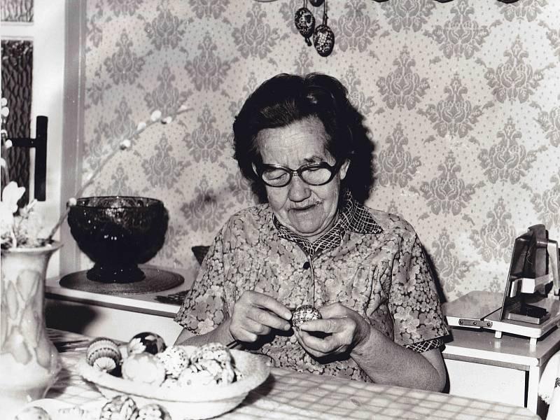2. Dříve byla vajíčka barvena jen cibulí, další zdobné techniky se objevily teprve vprůběhu 18. století. Oblíbenou technikou bylo kreslení voskem, nejpracnější bylo zdobení vajec slámou.