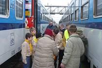 V neděli ráno dorazilo Betlémské světlo na nezamyslické nádraží.