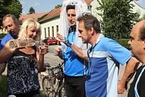 Po naučné stezce Předinou za poznáním se hromadně vydali z Otaslavic do Otaslavic v sobotu cyklisté. Na poslední zastávce ve Vranovicích přišlo občerstvení opravdu vhod.