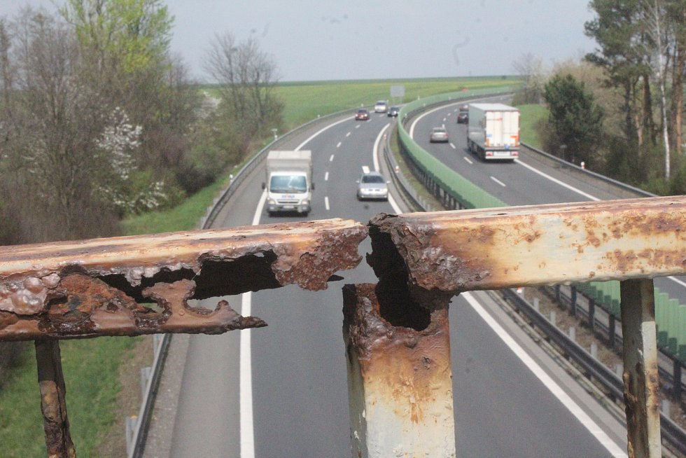 Most coby spojnice polí a Žešova je v dezolátním stavu