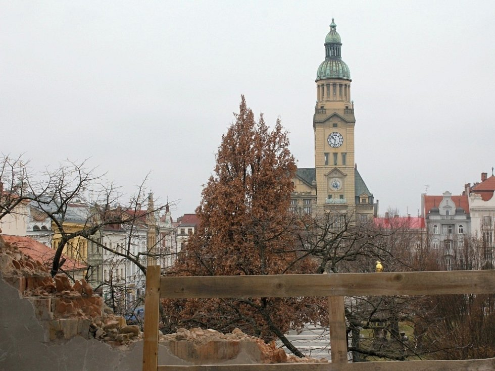 Pohled z přestavovaného Prioru na prostějovskou radnici