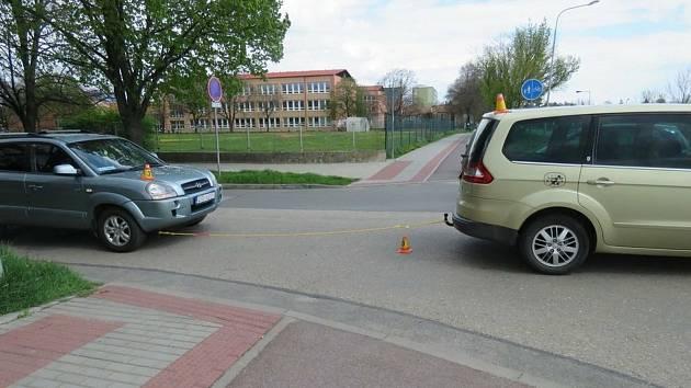 Cyklista se pokoušel v Prostějově projet mezi dvěma auty, ale narazil na tažné lano.